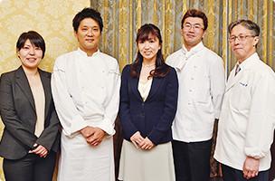 渡邉先生(写真中央)とホルモンバランス快膳を開発した料理人と管理栄養士の皆さん